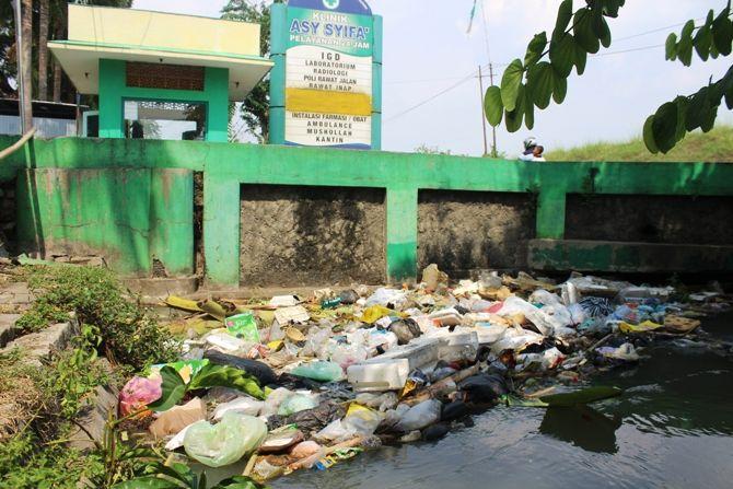 Tumpukan sampah yang tidak bisa terbawa arus air akibat tersangkut jembatan
