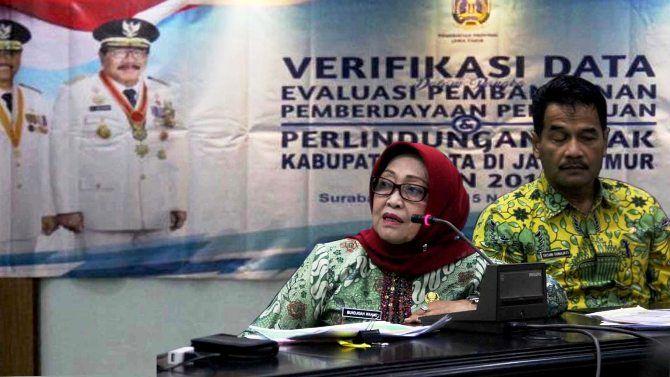 Bupati Jombang Hj Mundjidah Wahab didampingi Kepala Bappeda Eksan Gunajati memberikan paparan program PPPA