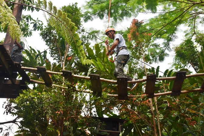 Outbond jenis high rope yang diikuti kru Jawa Pos Radar Jombang di Kampoeng Djawi