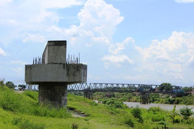Tiang pancang untuk jembatan baru Ploso yang dibangun lima tahun lalu hingga kini mangkrak