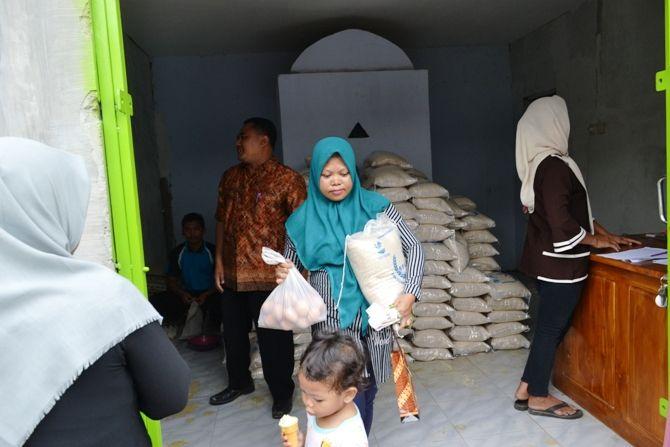 Penyaluran BPNT yang dilakukan salah satu agen di Jombang