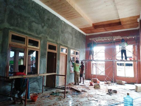 Pembangunan rumah produksi IKM cor kuningan di Desa Mojotrisno, Kecamatan Mojoagung, yang masih berlangsung.