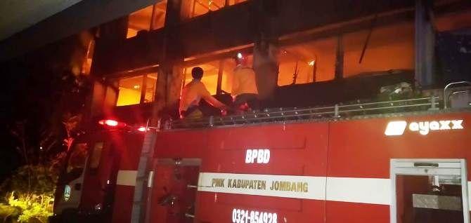 Proses pemadaman api di gedung utama lantai tiga kampus Undar Jombang