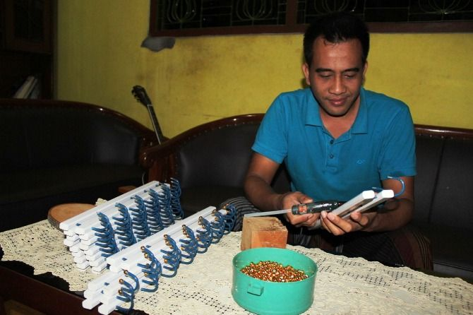 Viki Maulana, warga Dusun/Desa Jogoloyo Kecamatan Sumobito, menggeluti usaha gantungan baju yang dirintis orang tuanya