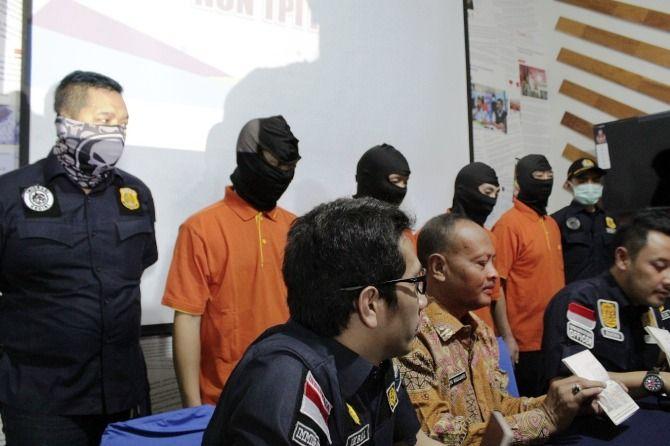 Kepala Disnaker Jombang Heru Widjajanto saat menghadiri konferensi pers di Kantor Imigrasi Kediri