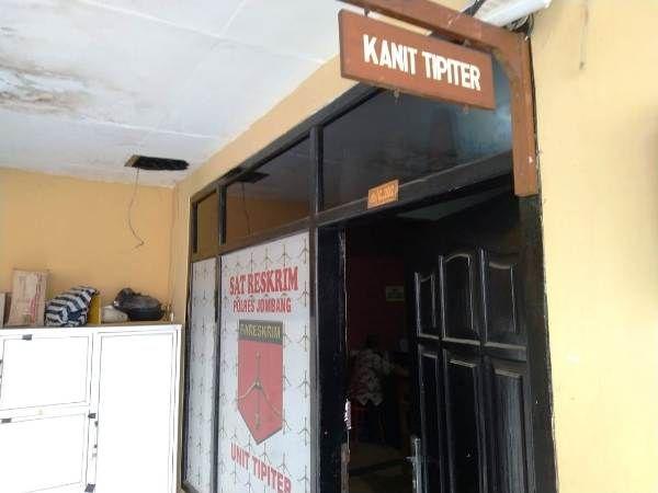 Kepala Dinas Sosial Kabupaten Jombang Moch Saleh terlihat berada di ruangan penyidik Tipiter Satreskrim Polres Jombang