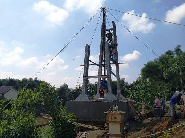 Proyek pembangunan jembatan gantung milik Kementerian PUPR di Mojoagung yang masih berlangsung