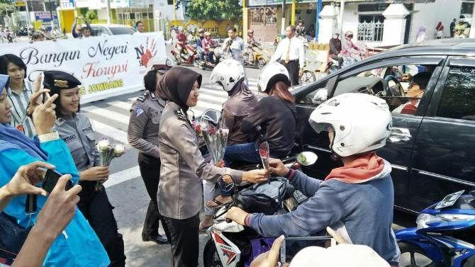 Bagi-bagi bunga yang dilakukan anggota Polres Jombang untuk memperingati hari anti korupsi
