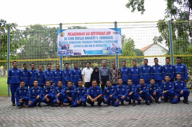Siswa SMK Dwija Bhakti 1 yang mengikuti uji SKP bidang tenaga listrik