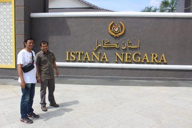 Dua kru Jawa Pos Radar Jombang di depan kompleks Istana Negara di Kualara Lumpur, Malaysia