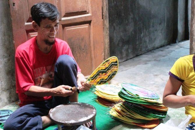 Suwandi, 61, warga Desa Sentul, Kecamatan Tembelang, produsen kipas lipat yang mampu ekspor ke luar negeri.