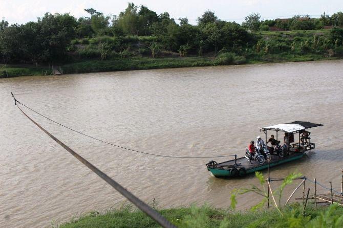 Perahu penyeberangan di Sungai Brantas yang menggunakan seling menyusul derasnya arus air
