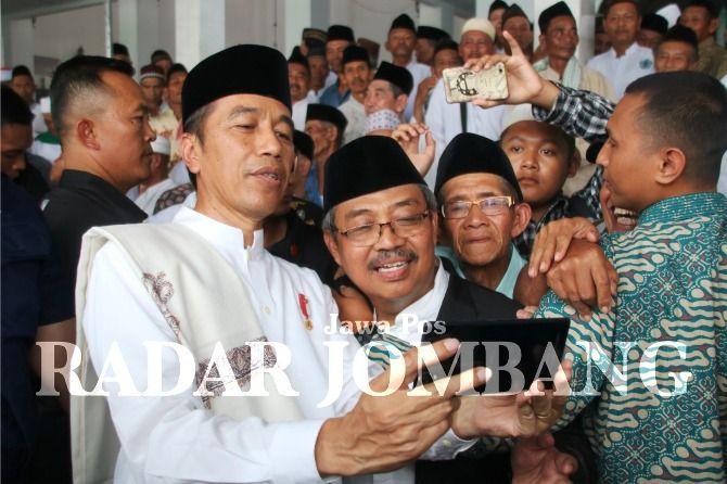 JADI IDOLA: Presiden Joko Widodo saat tiba di Pondok Pesantren Darul Ulum, Rejoso, Peterongan, Kabupaten Jombang kemarin.