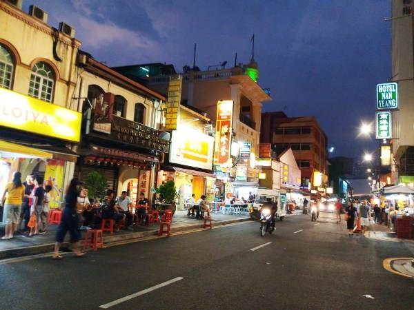 Pemandangan pedagang kaki lima di sepanjang jalan kota di Malaysia