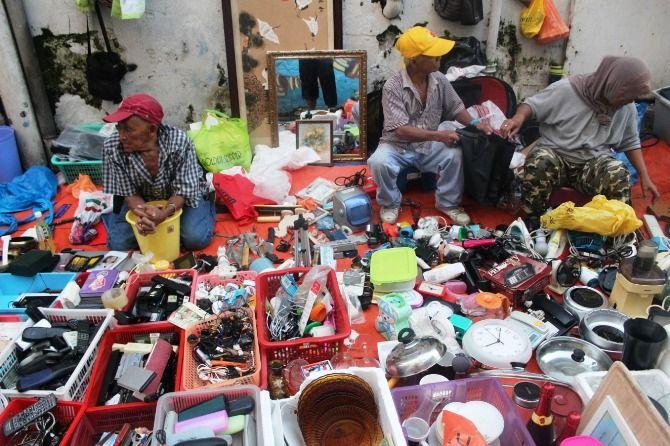 Sejumlah pedagang di Pasar Karat yang menggelar barang dagangan di pinggir jalan.