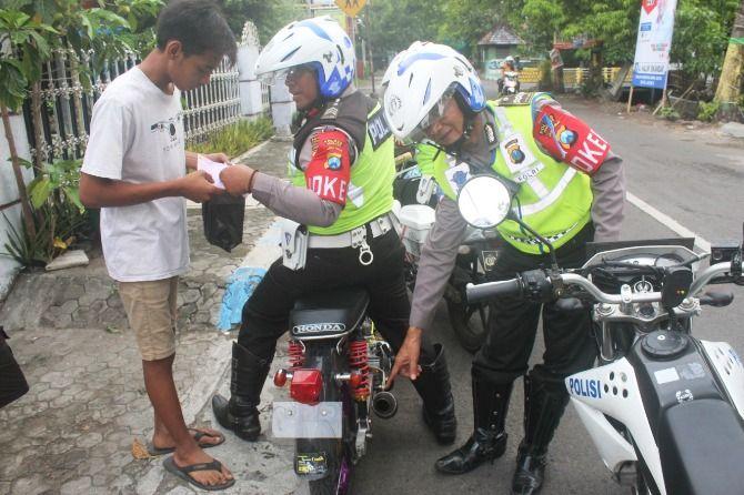 Pengendara kenalpot brong di jalan Adityawarman, Kaliwungu dijaring petugas kemarin sore.