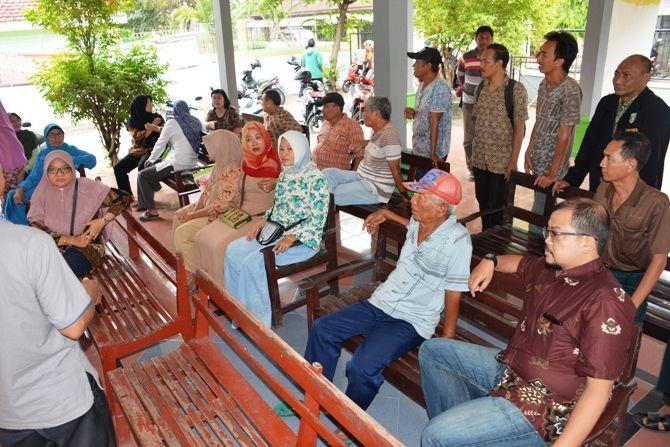 Pertemuan antara tim pelaksana pembebasan tanah dengan warga terdampak proyek jembatan baru Ploso di Balai Desa Rejoagung beberapa waktu lalu