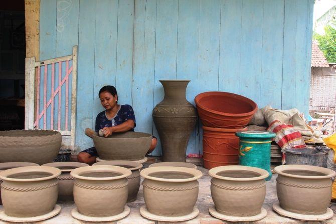 Aktivitas produksi gerabah di Dusun Mambang, Desa Tandowulan, Kecamatan Plandaan yang berjalan turun temurun.