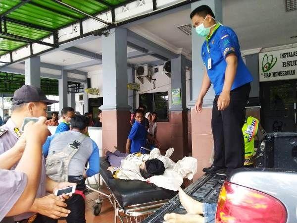 Salah satu korban kecelakaan di Jalan Raya Desa Gempollegundi, Gudo dibawa ke UGD RSUD Jombang