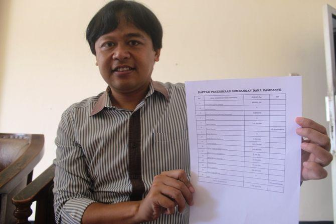 Anggota KPU Jombang Athoilah menunjukkan bukti hasil sumbangan dana kampanye 14 parpol.