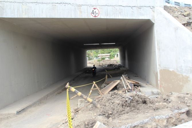Terowongan (underpass) jalan tol Solo-Kertosono di Desa/Kecamatan Bandar Kedungmulyo, Kabupaten Jombang