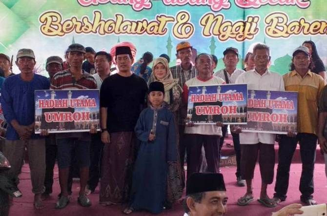 Pengacara Ahmad Rifai (tengah berkaos hitam) dan istri foto bersama 10 abang becak pemenang umrah gratis.