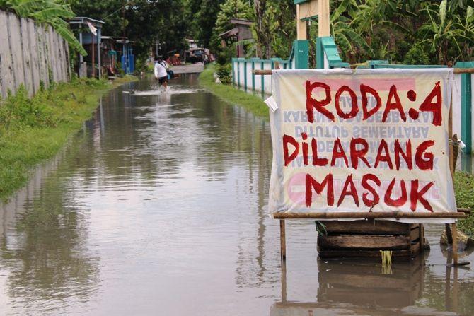 Kondisi salah satu ruas jalan lingkungan yang masih terendam air