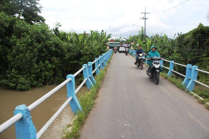 Kondisi jembatan di Desa Bongkot, Kecamatan Peterongan yang dikeluhkan warga karena sempit.