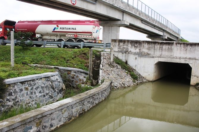 Kondisi underpass di wilayah Kesamben yang selalu tergenang air
