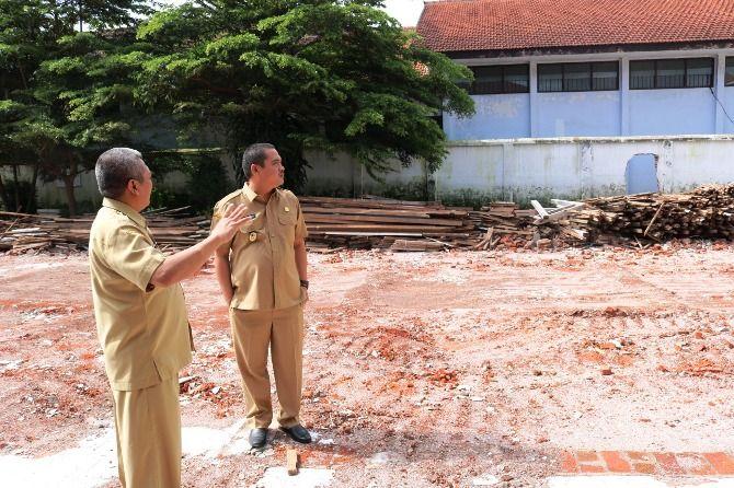 Wabup Sumrambah meninjau lokasi yang rencananya akan dibangun gedung baru di RSUD kemarin.