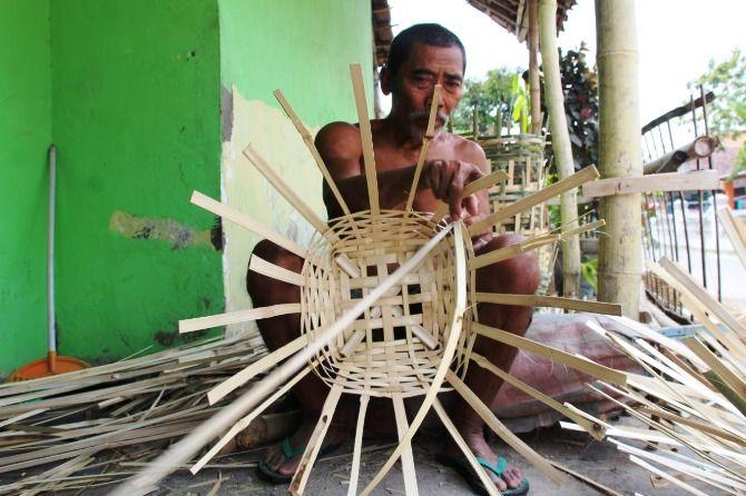 Proses produksi tomblok di Dusun Tulungrejo, Desa Segodorejo, Kecamatan Sumobito, Kabupaten Jombang.