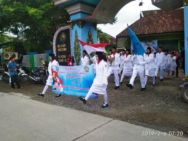 Tim Paskibra memimpin karnaval budaya memperingati 7 tahun SMKN Kabuh.