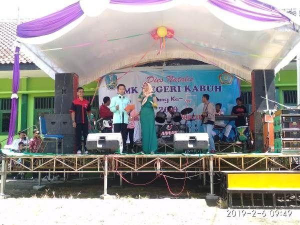 Kepala SMKN Kabuh Panca Sutrisno, S.Pd. M.Si tampil bersama siswa diatas panggung.