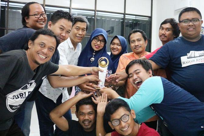 Sebagian kru Jawa Pos Radar Jombang foto bersama piala penghargaan yang diterima.