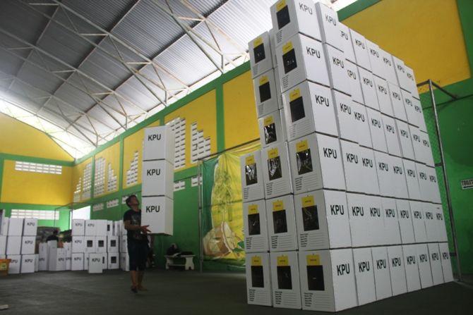 Ribuan kotak suara berbahan kardus mulai dirakit di gedung tenis Jalan Kusuma Bangsa kemarin.