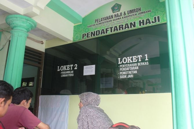 Sejumlah pendaftar sedang mengurus dokumen keperluan haji di kantor pelayanan haji dan umroh Kemenang Jombang kemarin.