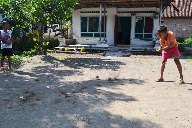 Anak-anak di Kecamatan Ngoro saat bermain gasing