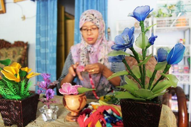 Nuril Fadilah Dian, salah satu warga Dusun/Desa Palrejo Kecamatan Sumobito, Kabupaten Jombang adalah salah satu perajin bunga hias berbahan stocking.