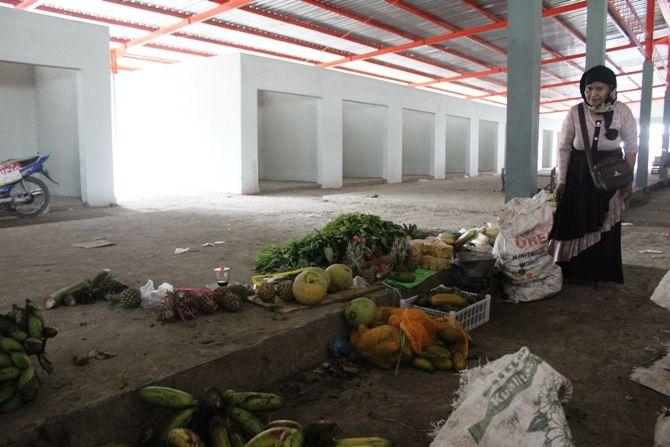 Kios pasar Peterongan yang terpantau masih mangkrak. Hanya ada beberapa pedagang yang sudah berjualan.
