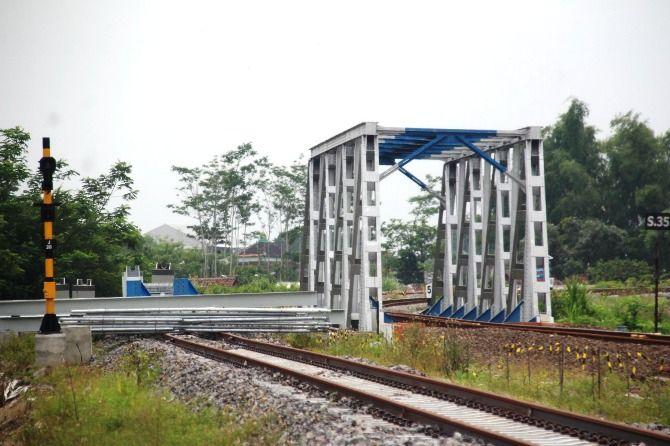 Proyek jembatan rel kereta api ganda (double track) Jombang-Madiun di Desa/Kecamatan, Bandarkedungmulyo yang belum rampung.