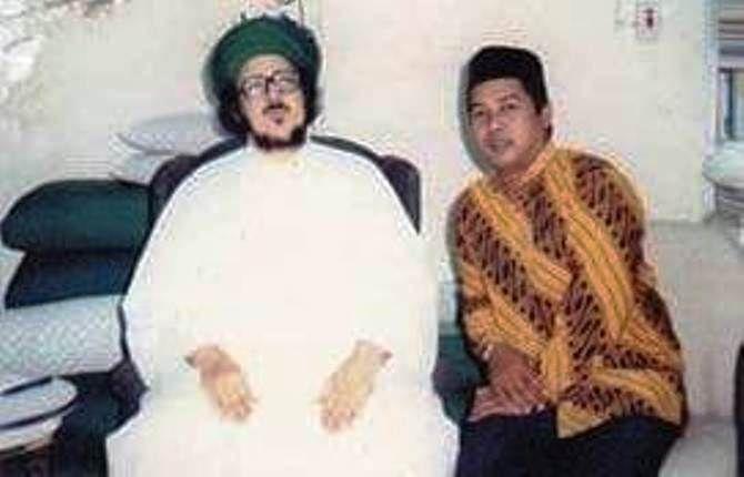 KH Muhammad Ishomuddin Hadzik (kanan) semasa hidup.