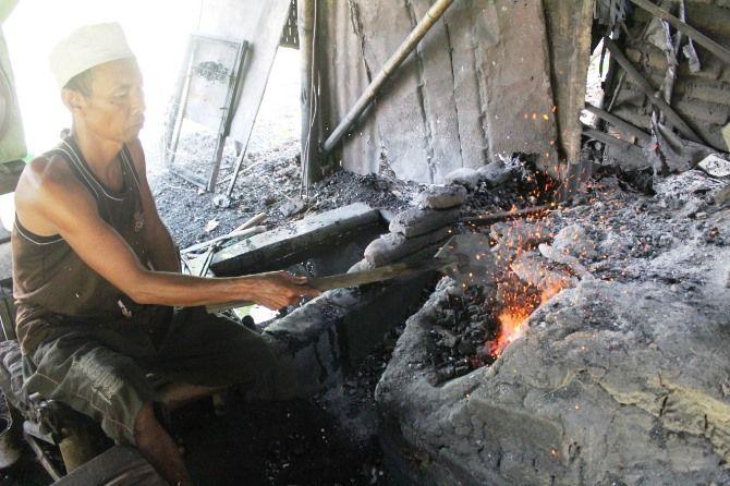 Sentra pande besi tradisional di Desa Pucangsimo, Kecamatan Bandarkedungmulyo masih setia membuat alat pertanian dari bahan besi.