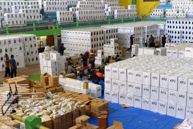 Petugas PPK dan PPS mem-packing logistik di GOR Merdeka Jombang sebelum didistribusikan 10 April mendatang.