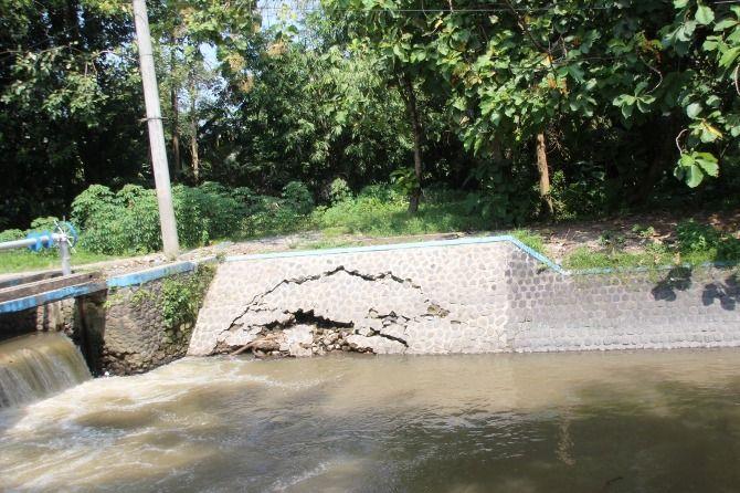 Kondisi talud dam Mojokrapak yang kembali ambrol meski sebelumnya sudah diperbaiki.