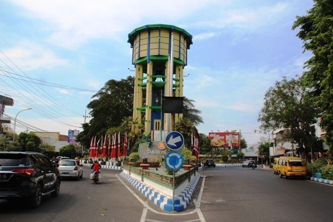 Ringin Contong yang terletak di bundaran Jl KH Wahid Hasyim - Jl Presiden KH Abdurrahman Wahid - Jl A Yani ini  menjadi landmark Kabupaten Jombang.