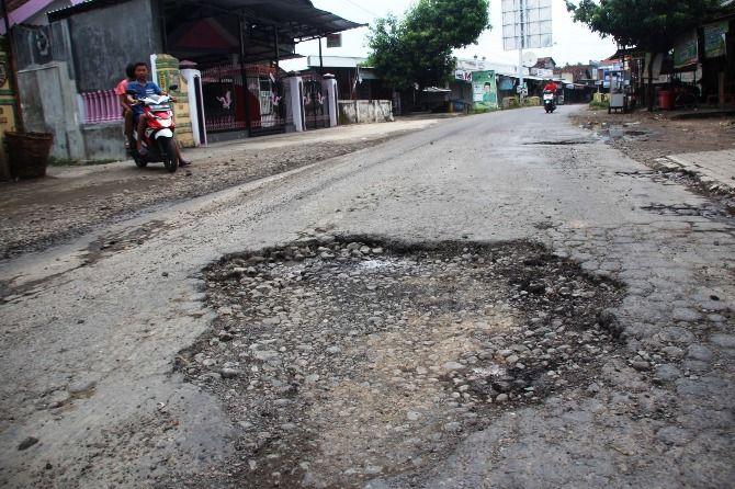 Salah satu ruas jalan kabupaten yang mengalami kerusakan.