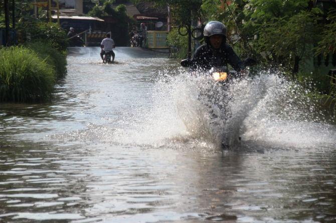 Permukiman warga Desa Mojokrapak dan Desa Pesantren, Kecamatan Tembelang yang juga tergenang air akibat luapan air sungai Gude Ploso.