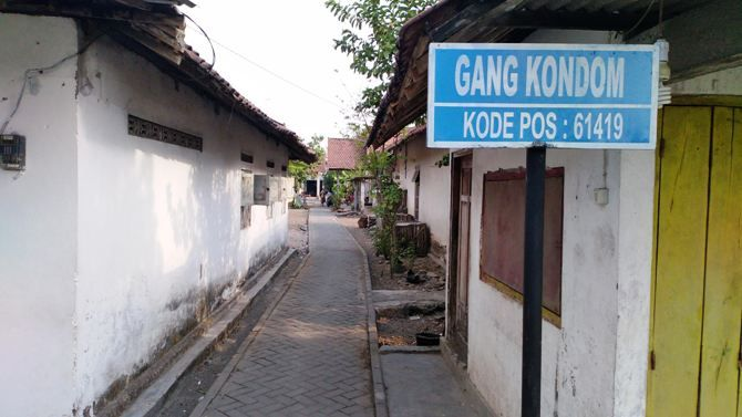 Papan nama 'Gang Kondom' di permukiman warga Dusun Sumberwinong, Desa Banjardowo, Kecamatan Jombang.