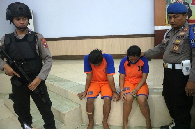 Pasangan suami istri pelaku pembunuhan Elly Marida, 45, guru Matematika SMPN 1 Perak.