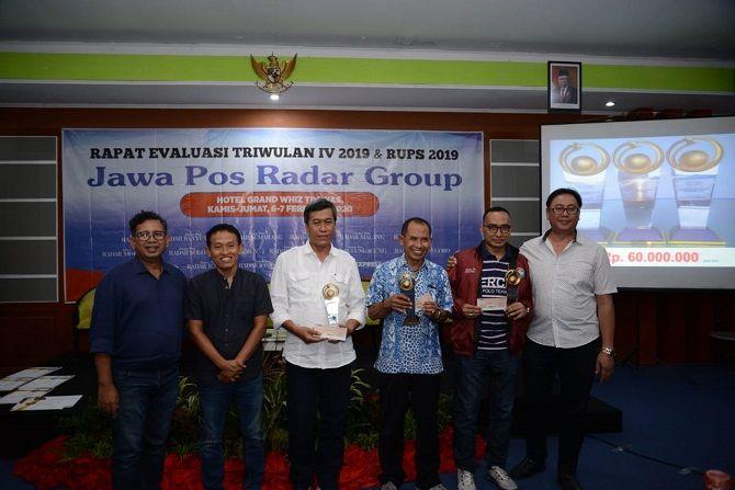 DARI KIRI: Edi Nugroho, Leak Kustiyo, M Nur Kholis, Baihaqi, Kurniawan Muhammad dan Andreas Didi, di hotel Grand Whiz Trawas, kemarin